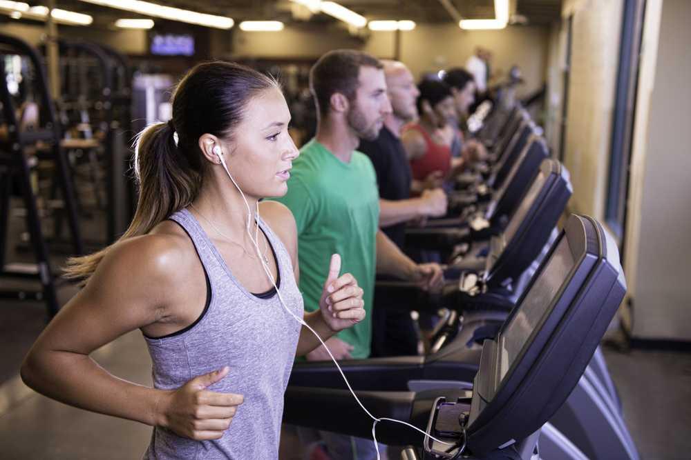 entrenamiento de intervalo en cinta rodante para perder peso